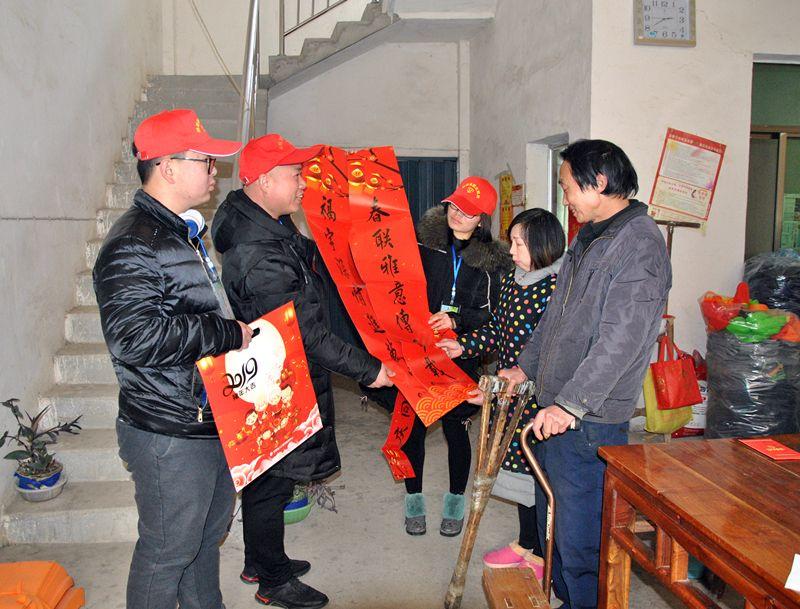 """桐城:红红春联暖寒门 """"大爱压岁""""送红包"""
