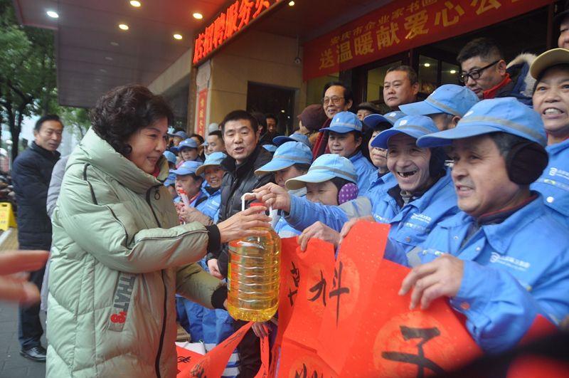 """安庆市企业家书画诗词协会举行""""送温暖、献爱心""""公益活动"""