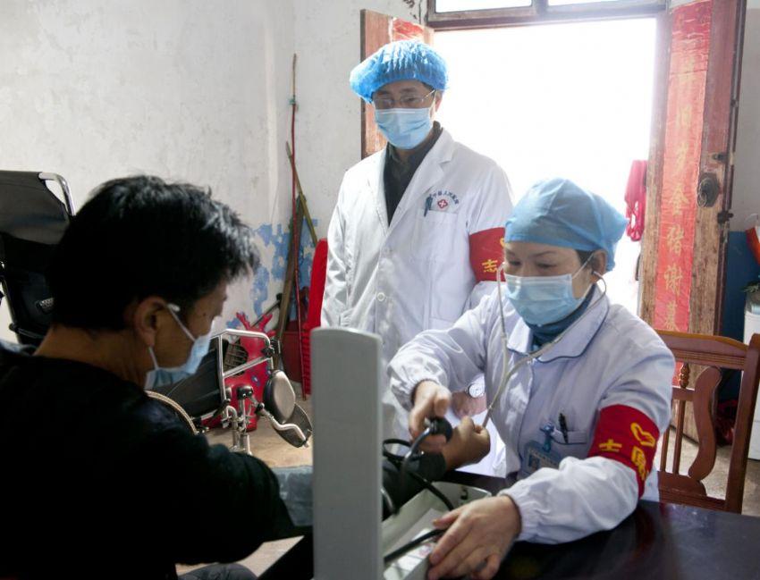 怀宁:上门为贫困户送医送药